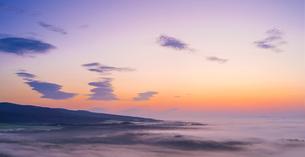 北海道 自然 風景 パノラマ 朝焼けと雲海の写真素材 [FYI04088911]