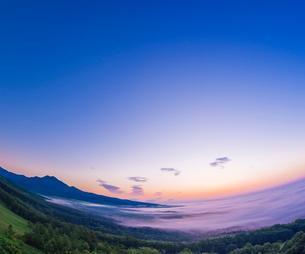 北海道 自然 風景 朝焼けと雲海の写真素材 [FYI04088917]