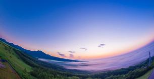 北海道 自然 風景 パノラマ 朝焼けと雲海の写真素材 [FYI04088919]