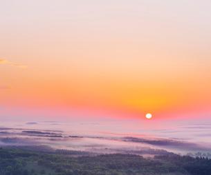 北海道 自然 風景 雲海からの日の出の写真素材 [FYI04088920]