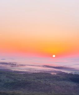 北海道 自然 風景 雲海からの日の出の写真素材 [FYI04088921]