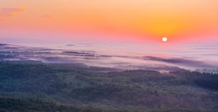 北海道 自然 風景 雲海からの日の出の写真素材 [FYI04088923]