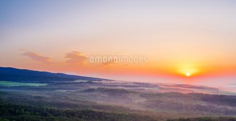 北海道 自然 風景 パノラマ 雲海からの日の出の写真素材 [FYI04088926]