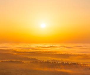 北海道 自然 風景 雲海からの日の出の写真素材 [FYI04088929]
