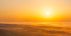 北海道 自然 風景 パノラマ 雲海からの日の出の写真素材 [FYI04088931]