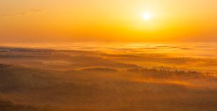 北海道 自然 風景 パノラマ 雲海からの日の出の写真素材 [FYI04088932]