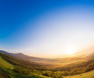 北海道 自然 風景 雲海からの日の出の写真素材 [FYI04088933]