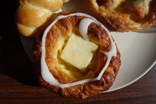 皿の上の菓子パンの写真素材 [FYI04088938]