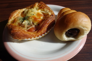 皿の上の2つの総菜パンの写真素材 [FYI04088943]