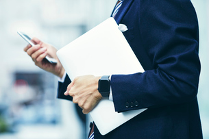 スマートウォッチをはめたビジネスマンの写真素材 [FYI04088952]