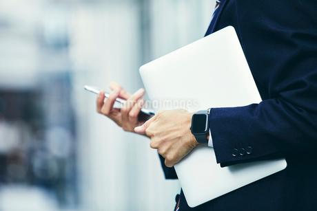 スマートウォッチをはめたビジネスマンの写真素材 [FYI04088955]