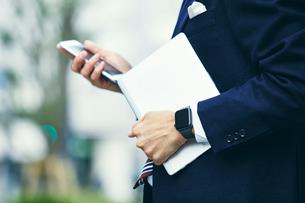 スマートウォッチをはめたビジネスマンの写真素材 [FYI04088957]