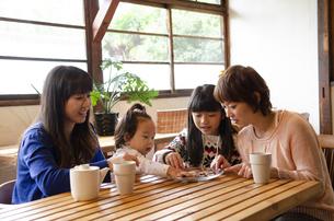 おやつを食べている親子の写真素材 [FYI04088999]