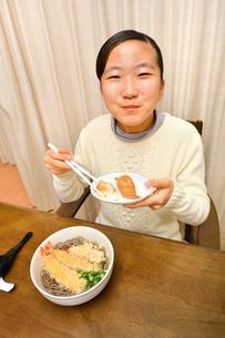 年越しそばを食べる女の子(大晦日)の写真素材 [FYI04089079]