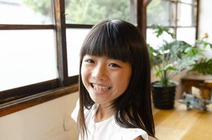 笑っている女の子の写真素材 [FYI04089265]