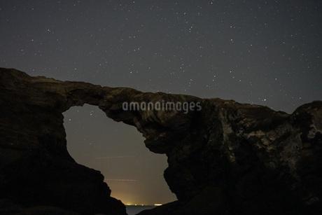 神奈川の天体観測スポット、城ヶ島の星空の写真素材 [FYI04089600]