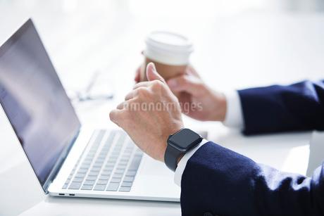 仕事をする男性の写真素材 [FYI04089693]