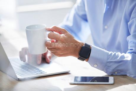 仕事をする男性の写真素材 [FYI04089762]