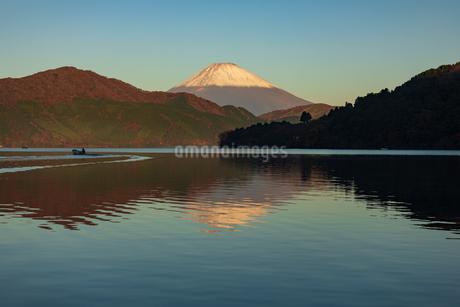 朝の芦ノ湖と富士山の写真素材 [FYI04089807]