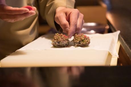 和菓子を作る職人の手の写真素材 [FYI04089810]