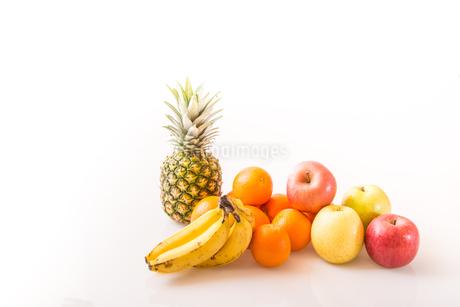 白背景のフルーツの写真素材 [FYI04089903]