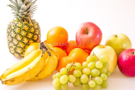 白背景のフルーツの写真素材 [FYI04089909]