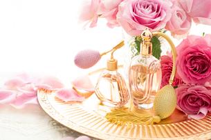 ピンクのバラとクラシックな形の香水瓶の写真素材 [FYI04089951]