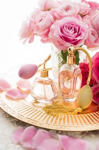 ピンクのバラとクラシックな形の香水瓶の写真素材 [FYI04089952]
