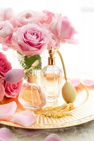 ピンクのバラとクラシックな形の香水瓶の写真素材 [FYI04089953]