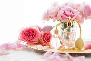 ピンクのバラとクラシックな形の香水瓶の写真素材 [FYI04089954]