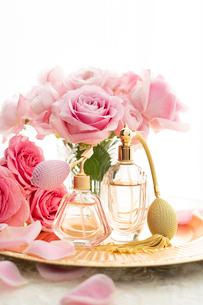 ピンクのバラとクラシックな形の香水瓶の写真素材 [FYI04089955]
