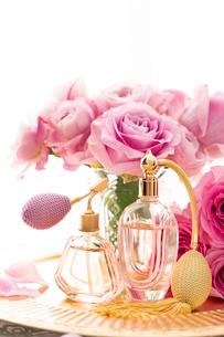 ピンクのバラとクラシックな形の香水瓶の写真素材 [FYI04089956]