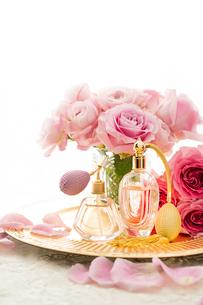 ピンクのバラとクラシックな形の香水瓶の写真素材 [FYI04089957]