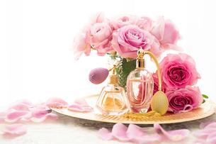 ピンクのバラとクラシックな形の香水瓶の写真素材 [FYI04089958]