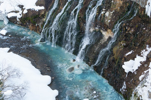 冬の青い川の写真素材 [FYI04089971]