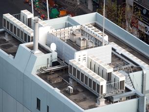 オフィスビル屋上の空調設備の写真素材 [FYI04090177]