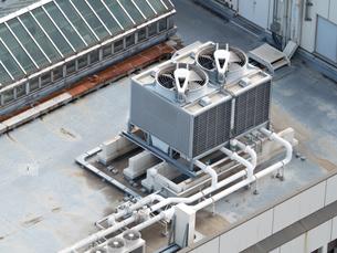 オフィスビル屋上の空調設備の写真素材 [FYI04090178]