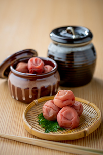 Umeboshi. Japanese salt plums and Umeboshi jar. Traditional Japanese food.の写真素材 [FYI04090353]