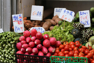 香港・旺角(モンコック/Mong Kok)の市場で売られる野菜。多仔菜など日本で見ない野菜も多いの写真素材 [FYI04090359]