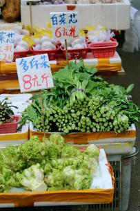 香港・旺角(モンコック/Mong Kok)の市場で売られる野菜。日本でなじみのない野菜も多いの写真素材 [FYI04090360]