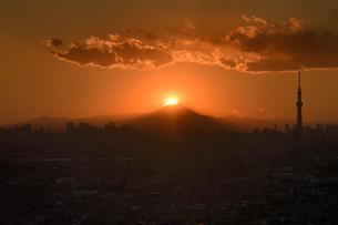 東京から見るダイヤモンド富士の写真素材 [FYI04090363]