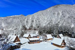 世界文化遺産 冬の菅沼合掌造り集落の写真素材 [FYI04090377]