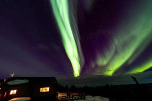 アラスカ フェアバンクスのオーロラと観賞する人々の写真素材 [FYI04090548]