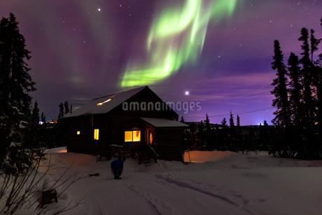 アラスカ フェアバンクスのオーロラとロッジの写真素材 [FYI04090551]
