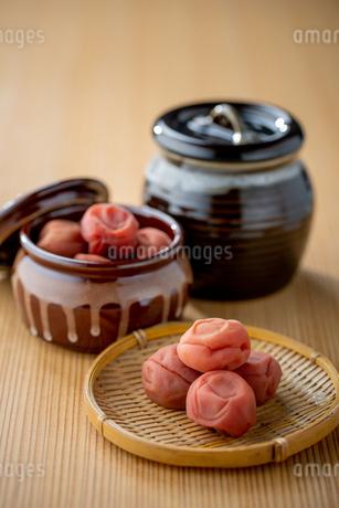 Umeboshi. Japanese salt plums and Umeboshi jar. Traditional Japanese food.の写真素材 [FYI04090559]