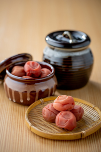 Umeboshi. Japanese salt plums and Umeboshi jar. Traditional Japanese food.の写真素材 [FYI04090559]