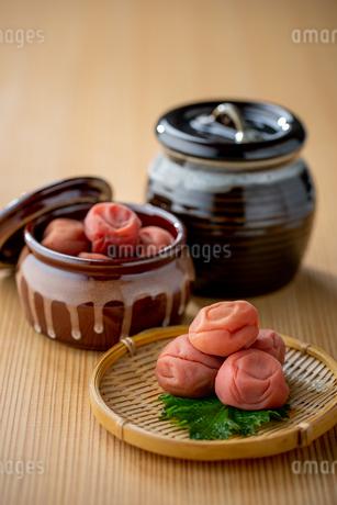 Umeboshi. Japanese salt plums and Umeboshi jar. Traditional Japanese food.の写真素材 [FYI04090560]