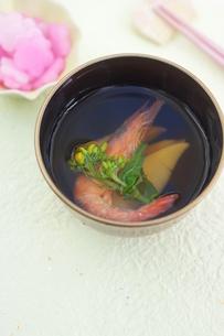 タケノコ・海老・菜の花のお吸い物の写真素材 [FYI04090616]