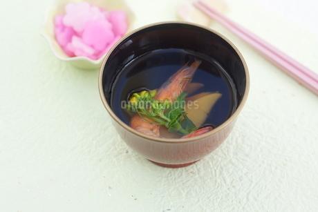 タケノコ・海老・菜の花のお吸い物の写真素材 [FYI04090617]