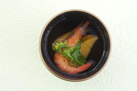 タケノコ・海老・菜の花のお吸い物の写真素材 [FYI04090618]